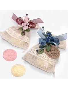 Bolsa con puntilla decorada con un lazo, contiene un jabón con forma de rosa