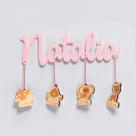 Natalicio, nombre del Bebé en metacrilato rosa con colgantes de madera personalizado