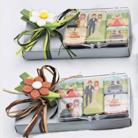 Imanes con escenas de boda, con una caja con caramelos y decorados con una pinza flor