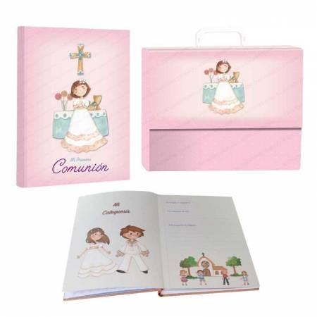 """Libro de firmas """"Mi Primera Comunión"""" con maletín, niña sonriente en el altar"""