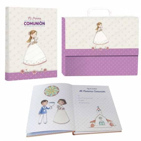 "Libro de firmas ""Mi Primera Comunión"" con maletín, alegre niña con bandeja"