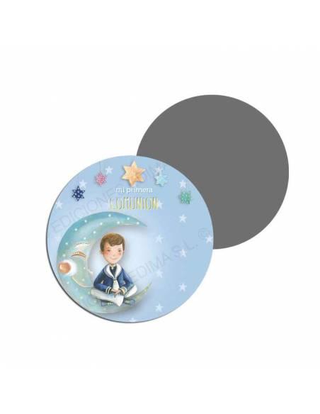 Imán para los invitados de una comunión decorado con un niño sentado en la luna