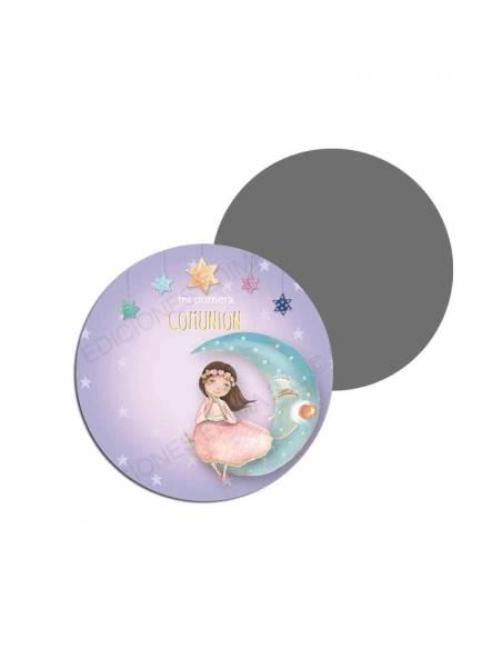 Imán para los invitados de una comunión decorado con una niña sentada en la luna