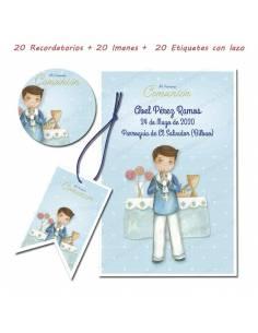 Pack con 20 recordatorios, 20 imanes y 20 etiquetas de comunión, Niño marinero en el altar