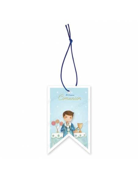 Etiqueta para los detalles de comunión decorada con un niño marinero en el altar
