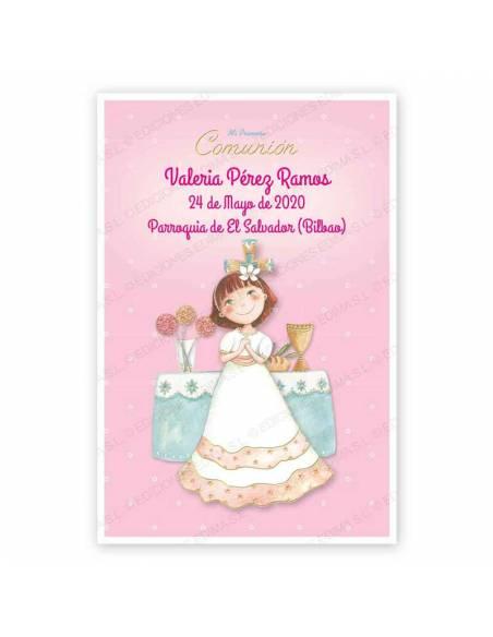 Recordatorio para comunión con una niña con vestido blanco en el altar