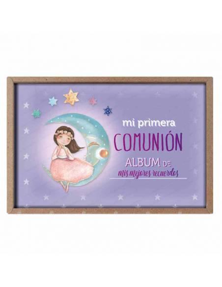 Presentación del álbum para comunión, niña sentada en la luna
