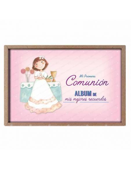 Presentación del álbum para comunión, niña en el altar