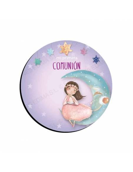 Imán para regalar en las comuniónes, niña sentada sobre una sonriente luna