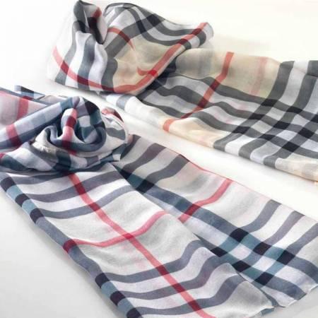 Elegante foulard burbe, detalles para ellas. Medida 150 x 50 cm.