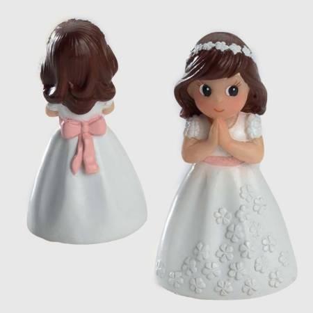 Figurita de niña con vestido blanco flores en relieve y fajín rosa.