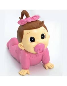 Figura tarta para bautizo, bebé a gatas con pelele en rosa y un lazo rosa en el pelo, con chupete rosa.