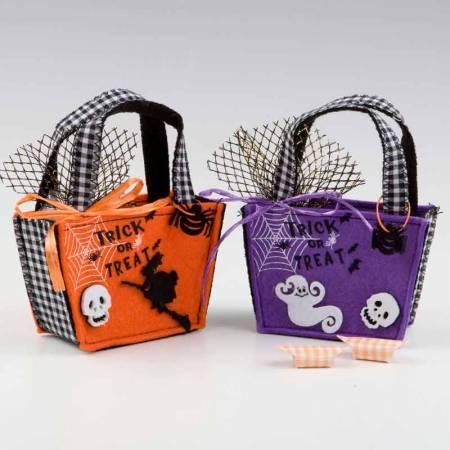 Cestas en fieltro con motivos para halloween con caramelos