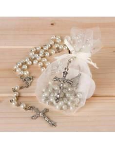 Rosario de perlas blancas y plateado, presentado en bolsa organza. Recuerdo de comunión