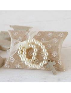 Pulsera con perlas blancas y cruz, estuche de tela en tonos beige con 5 caramelos