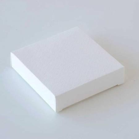Estuche blanco de 7,5x7,5x1,8 cm. Ideal para la presentación de una pulsera