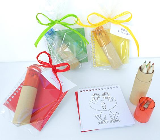 Cuadernos con plantillas y lapices para colorear